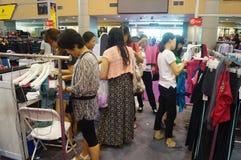 De kledingstentoonstelling van het Shenzhen internationale beroemde merk Stock Foto's