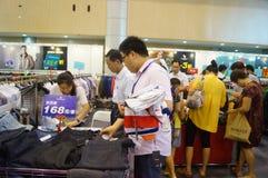 De kledingstentoonstelling van het Shenzhen internationale beroemde merk Stock Foto