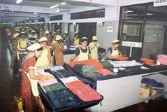 De kledingstukkenindustrie in Bangladesh stock afbeeldingen