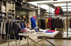 De kledingswinkel van mensen stock foto