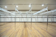 De kleedkamer wordt geconstrueerd van pijpen met haken Royalty-vrije Stock Fotografie