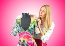 De kleermaker die van de vrouw aan kleding werkt Stock Afbeelding