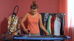 De kleermaker strijkt de doek stock videobeelden