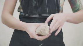 De klei in de pottenbakkers` s handen Close-up van handen van jonge vrouw stock video