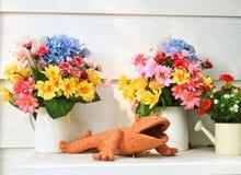 De klei en de bloem van Doll in tuin Stock Afbeelding