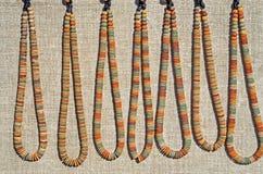 De klei parelt halsbanden stock foto's