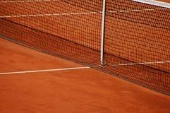 De kleihof van het tennis met netto Stock Afbeeldingen