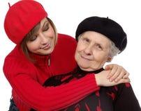 De kleindochter bekijkt gelukkige grootmoeder Stock Fotografie