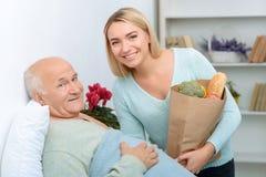 De kleindochter komt een patiënt bezoeken stock foto