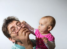 De kleindochter met de grootmoeder speelt cheerfully, het uitdrukken Royalty-vrije Stock Foto's
