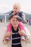De kleindochter van de grootvaderholding stock foto's
