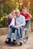 De kleindochter van de Selfietijd, dochter en gehandicapte mens in wheelch Stock Afbeeldingen