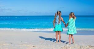 De kleine aanbiddelijke meisjes genieten van de vakantie van het de zomerstrand Stock Fotografie
