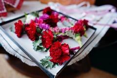 De kleine anjer bloeit knoopsgat voor huwelijksbruidsmeisjes en g stock foto