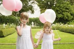 De kleine Ballons van de Bruidsmeisjesholding in Tuin Stock Foto