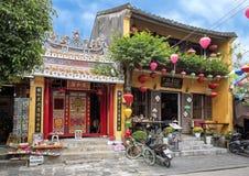 De kleine Boeddhistische tempel naast Groen Chili Mexican Restaurant in Hoi An, Vietnam wijdde aan het verlichten van de pijn van stock foto