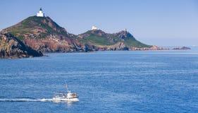De kleine boot gaat dichtbij Eilanden Sanguinaires, Corsica royalty-vrije stock afbeeldingen