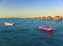 De kleine boot in kant van de lange bogen dokt in Progreso-haven, Yucatan, Mexico stock fotografie