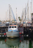 De kleine boot op een kadeachtergrond Stock Foto's