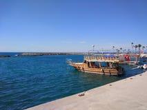 De kleine boot op de kleine haven royalty-vrije stock fotografie