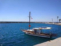 De kleine boot op de kleine haven stock afbeeldingen