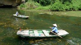 De kleine boten komen binnen en uit op de kleine rivier royalty-vrije stock afbeeldingen