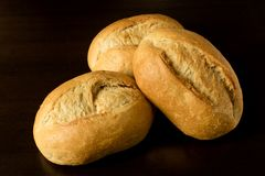 De kleine broodjes, brötchen - de donkere achtergrond van ontbijtrollers Royalty-vrije Stock Fotografie