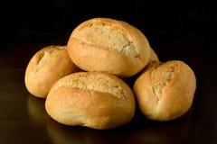 De kleine broodjes, brötchen - de donkere achtergrond van ontbijtrollers Stock Foto