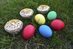 De kleine cakes van Pasen en gekleurde eieren Royalty-vrije Stock Afbeeldingen