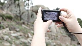 De kleine camera van vertoningsinzoomen met handen 4K
