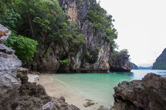 De kleine die baai door ingewikkeld kalksteen wordt omringd, het zachte witte zandstrand en de smaragd kleuren overzees bij Ladin Royalty-vrije Stock Fotografie