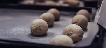 De kleine die Ballen van het Brooddeeg bij het Koken van Document op Pan - Klaar om worden gebakken worden geplaatst, Keukenreeks royalty-vrije stock foto