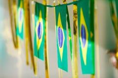 De kleine die vlaggen van Brazilië worden gebruikt om straten voor Wereldbeker 2 te verfraaien van FIFA Royalty-vrije Stock Foto