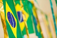 De kleine die vlaggen van Brazilië worden gebruikt om straten voor Wereldbeker 2 te verfraaien van FIFA Royalty-vrije Stock Afbeeldingen