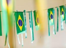 De kleine die vlaggen van Brazilië worden gebruikt om straten voor Wereldbeker 2 te verfraaien van FIFA Stock Foto