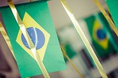 De kleine die vlaggen van Brazilië worden gebruikt om straten voor Wereldbeker 2 te verfraaien van FIFA Royalty-vrije Stock Fotografie