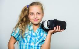De kleine draadloze VR glazen van de kindslijtage Meisje die virtuele werkelijkheidsbeschermende brillen dragen Digitale toekomst royalty-vrije stock afbeeldingen