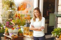 De kleine eigenaar van de bloemwinkel Stock Afbeelding