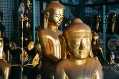 De kleine gouden standbeelden van Boedha in Mandalay Royalty-vrije Stock Afbeelding