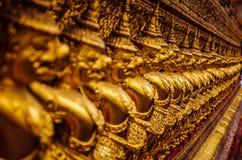 De kleine gouden standbeelden van Boedha op een rij Stock Afbeeldingen