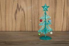 De kleine groene boom van metaalkerstmis op houten lijst Royalty-vrije Stock Afbeelding