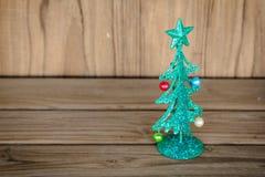 De kleine groene boom van metaalkerstmis op houten lijst Stock Afbeeldingen