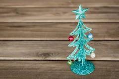 De kleine groene boom van metaalkerstmis op houten lijst Royalty-vrije Stock Afbeeldingen