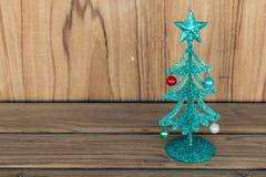 De kleine groene boom van metaalkerstmis op houten lijst Stock Afbeelding