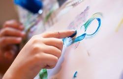 De kleine Handen die van Kinderen Fingerpainting doen stock afbeeldingen