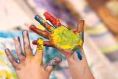De kleine Handen die van Kinderen Fingerpainting doen stock fotografie