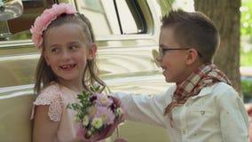 De kleine jongen die bril spelen met het meisje voor de camera dragen stock videobeelden