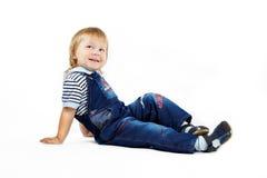 De kleine jongen in donkerblauwe overall Royalty-vrije Stock Foto's
