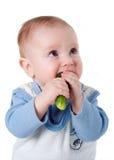 De kleine jongen eet verse komkommer royalty-vrije stock afbeeldingen