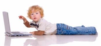 De kleine jongen en het notitieboekje Stock Foto
